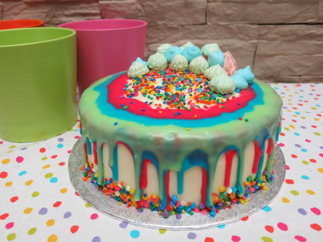 DRIP CAKE DE VAINILLA Y CHOCOBLANCO
