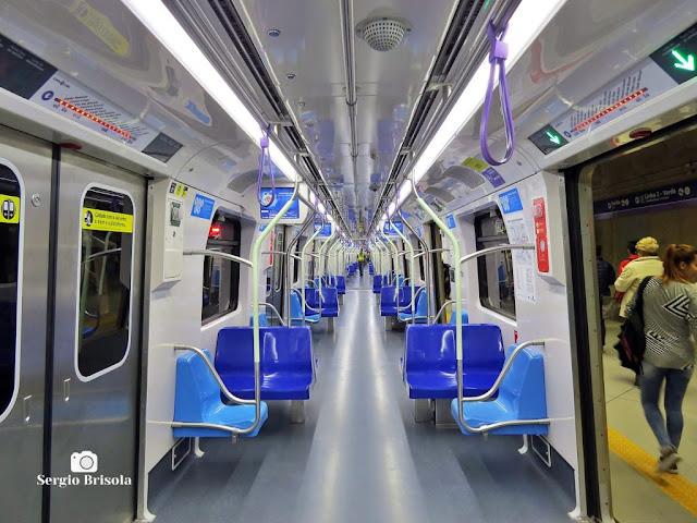Vista do interior de um Trem da Linha Lilás do Metrô de São Paulo