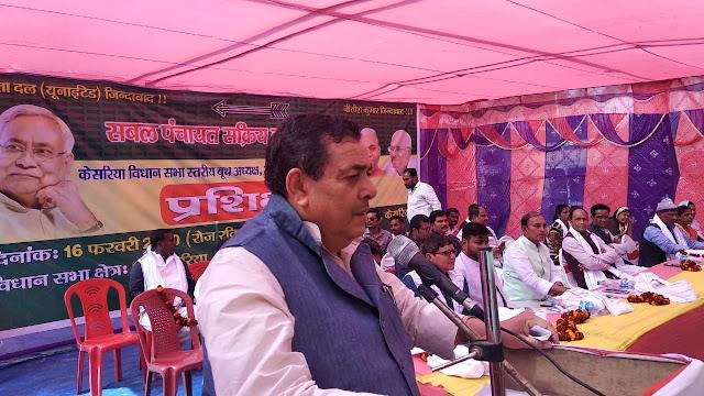 प्रशिक्षण शिविर में बोलते पूर्व विधायक महेश्वर सिंह