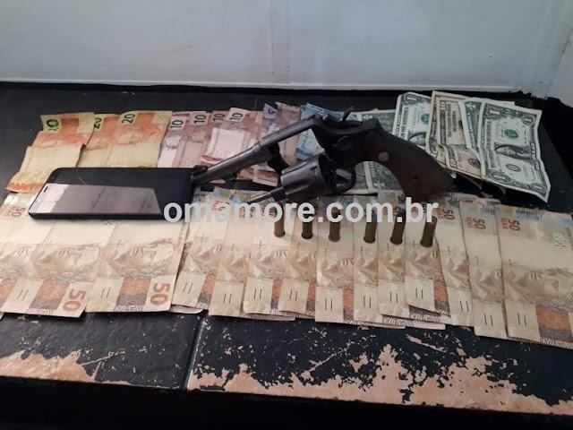 Jovem é preso com arma e dinheiro