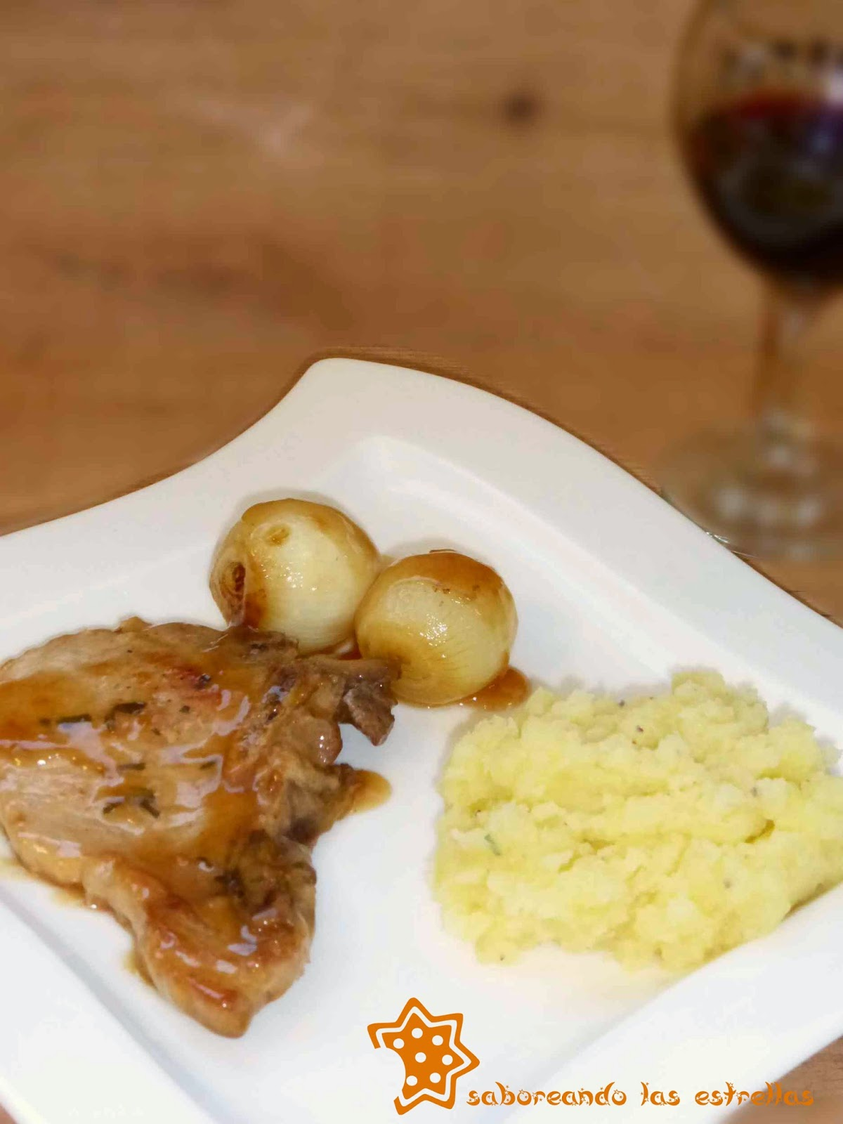 Chuletas con salsa de vermut al romero
