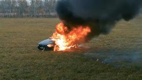 ثمنها 170 الف دولار يوتيوبر روسي يحرق سيارتة المرسيدس