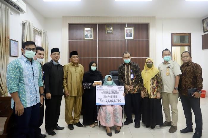 Taspen Serahkan Asuransi Kematian untuk Keluarga Almarhum Prof Nasir Budiman