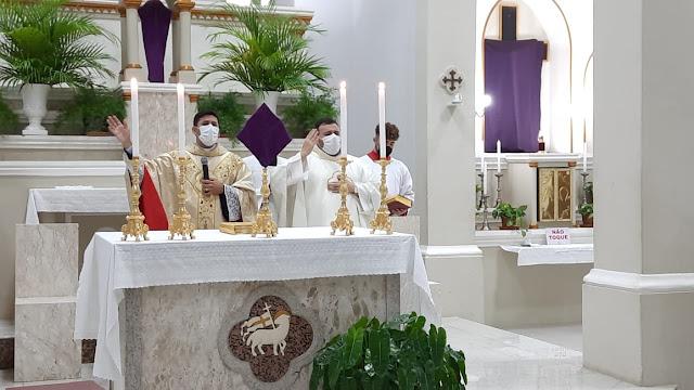 Em celebração online Paróquia de São Sebastião da início ao Tríduo Pascal em Caraúbas, RN