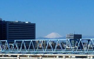 六郷橋から見える富士山と青い陸橋