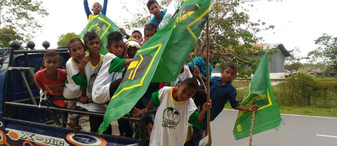 Deklarasi pasangan balon bupati dan wakil bupati Kabupaten Buru, Bakri Lumbessy dan Amrulah Madani Hentihu (BARU) pada minggu (23/10) melibatkan anak dibawah umur.