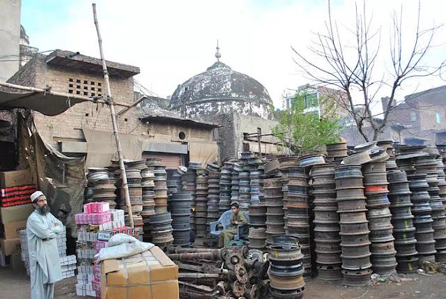 begum-shahi-mosque-mosque-of-maryam-zamani-surrounding-encroachments