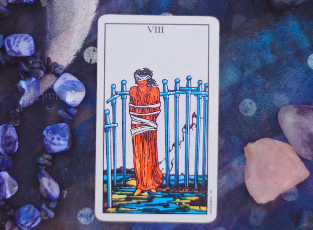 Saiba o significado da Carta do 8 de Espadas no Tarot do amor, dinheiro e trabalho, na saúde, como obstáculo ou invertida e como conselho.