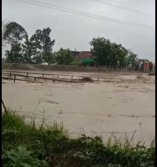Hujan Deras Hanyutkan Jembatan Gantung Desa Anggaswangi