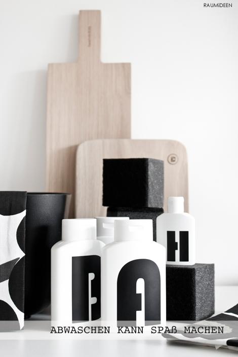 DIY-Schampooflaschen mit Klebebuschstaben versehen.