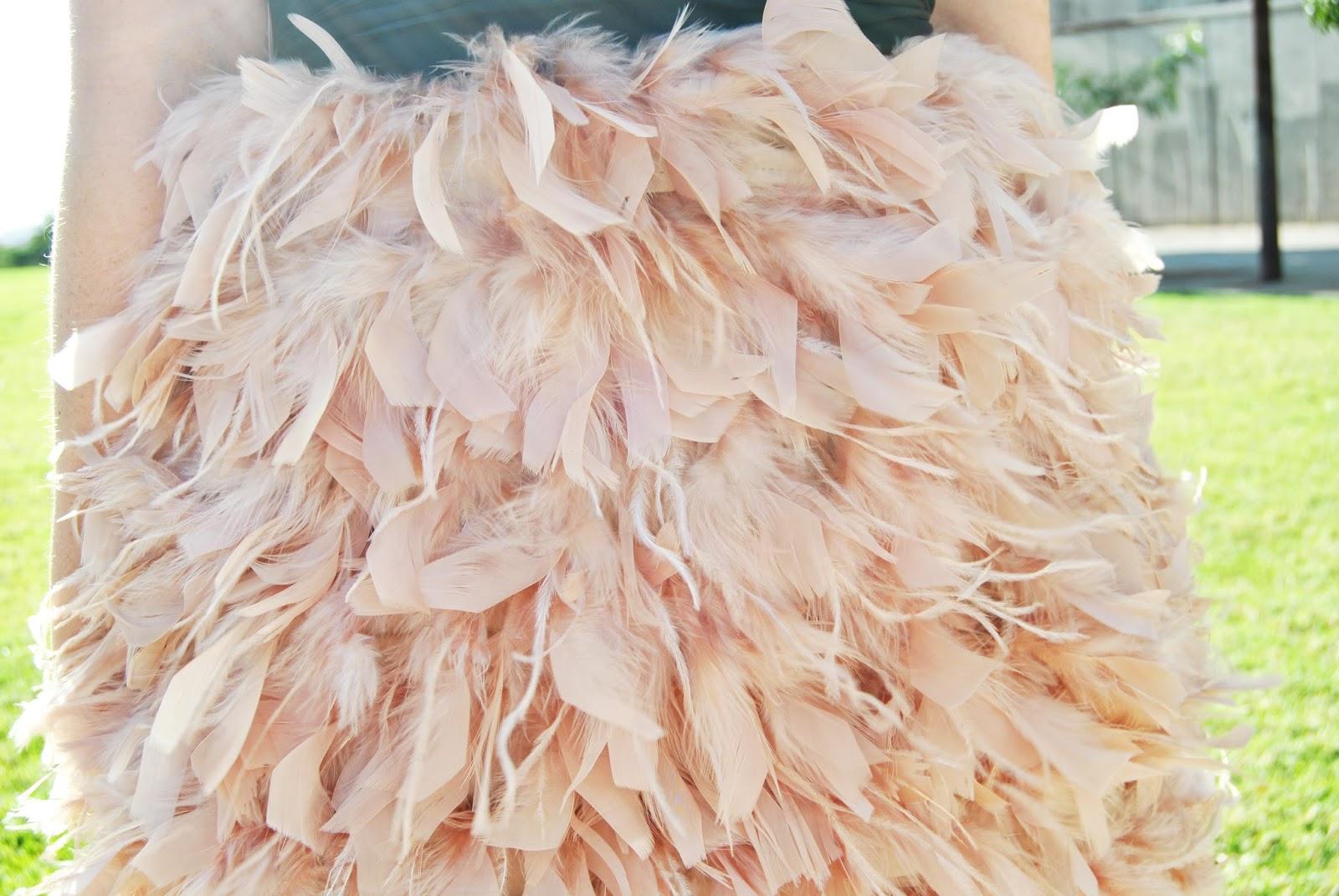 nery hdez, falda de plumas , blusa asimétrica , look para eventos, mango. forever 21,