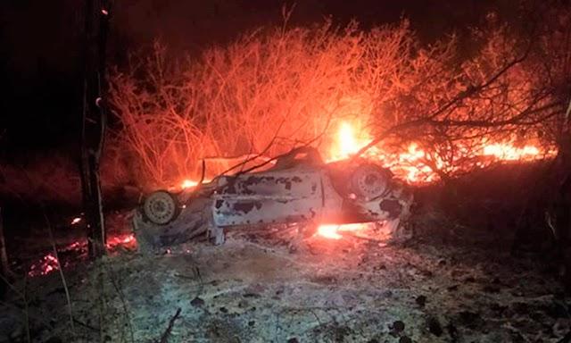 Carro pega fogo após capotar às margens da BR-030 em Palmas de Monte Alto