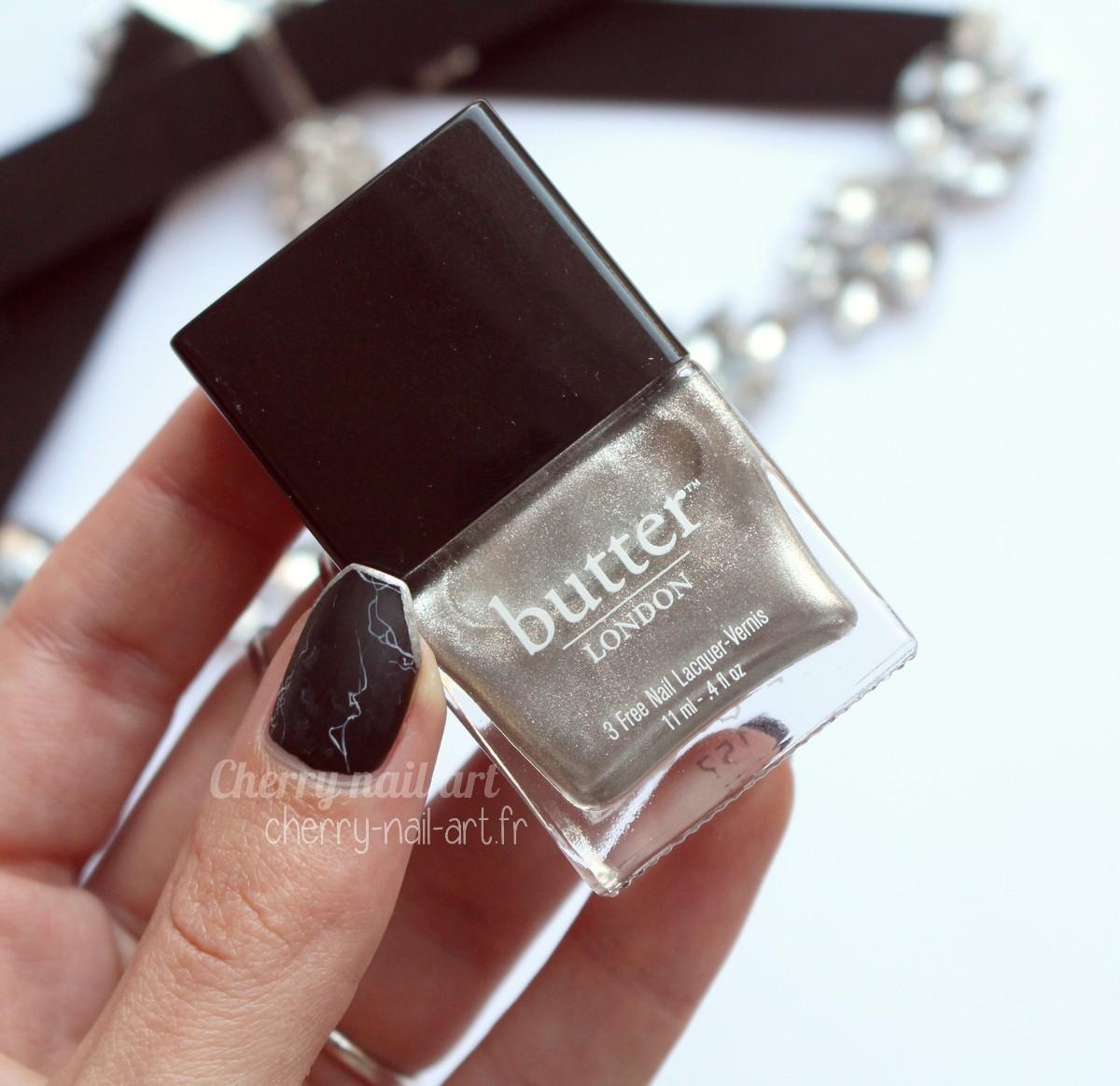nail-art-marbre-noir-strass-bijoux