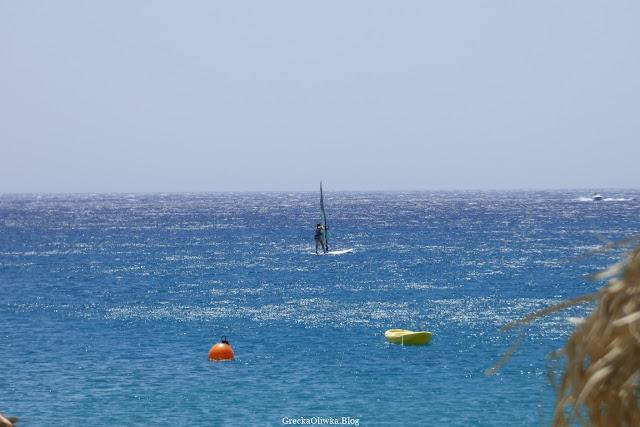 Greckie bezchmurne niebo i krystalicznie czyste morze. Kobieta na morzu.