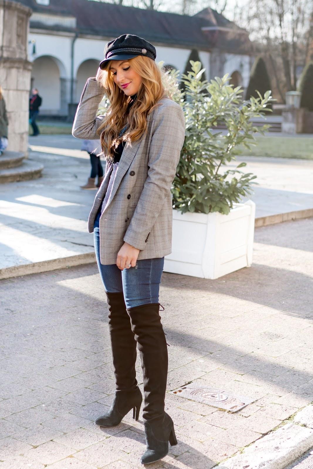 Chanel-boybag-chanel-tasche-Stusart-weitzmann-stiefel-Stuart-weitzmann-overknees-Karo-Blazer-H&M-Trend-Schiffermütze-fashionblogger-style-fashionstylebyjohanna-trends-2018-wa-zieht-man-dieses-jahr-an-schiffermütze