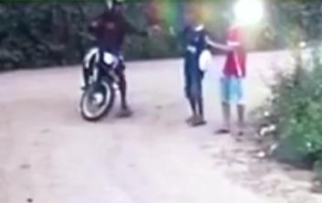 Câmera flagra homem assaltando duas pessoas no bairro Caseb, em Serrinha