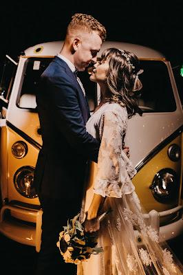 Pareja de novios delante de una furgoneta de tipo vintage