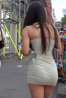 Chica sexi via publica vestido corto entallado