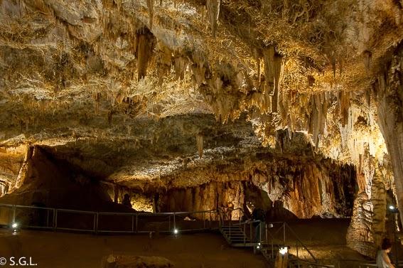 Interior cueva Pozalagua estalactitas excentricas