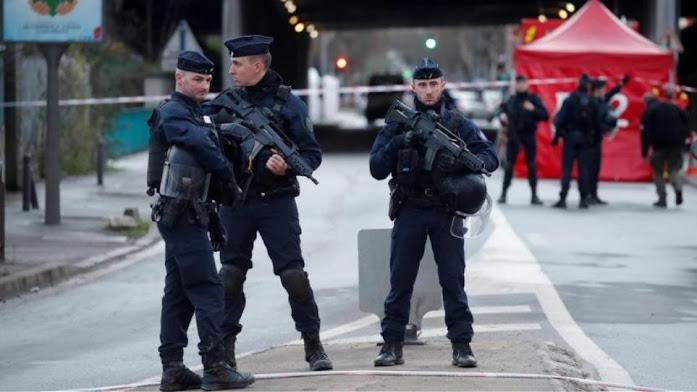 Παρίσι: Η αστυνομία συνέλαβε άνδρα που περιφερόταν με ματσέτα
