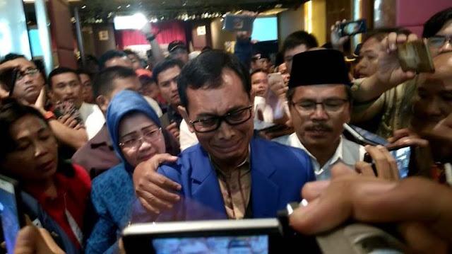 JR Saragih memberikan keterangan pers.