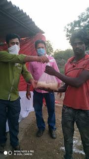 टीएमसी कार्यकर्ताओं ने गरीब व असहाय लोगों को बांटी खाद्य सामग्री।