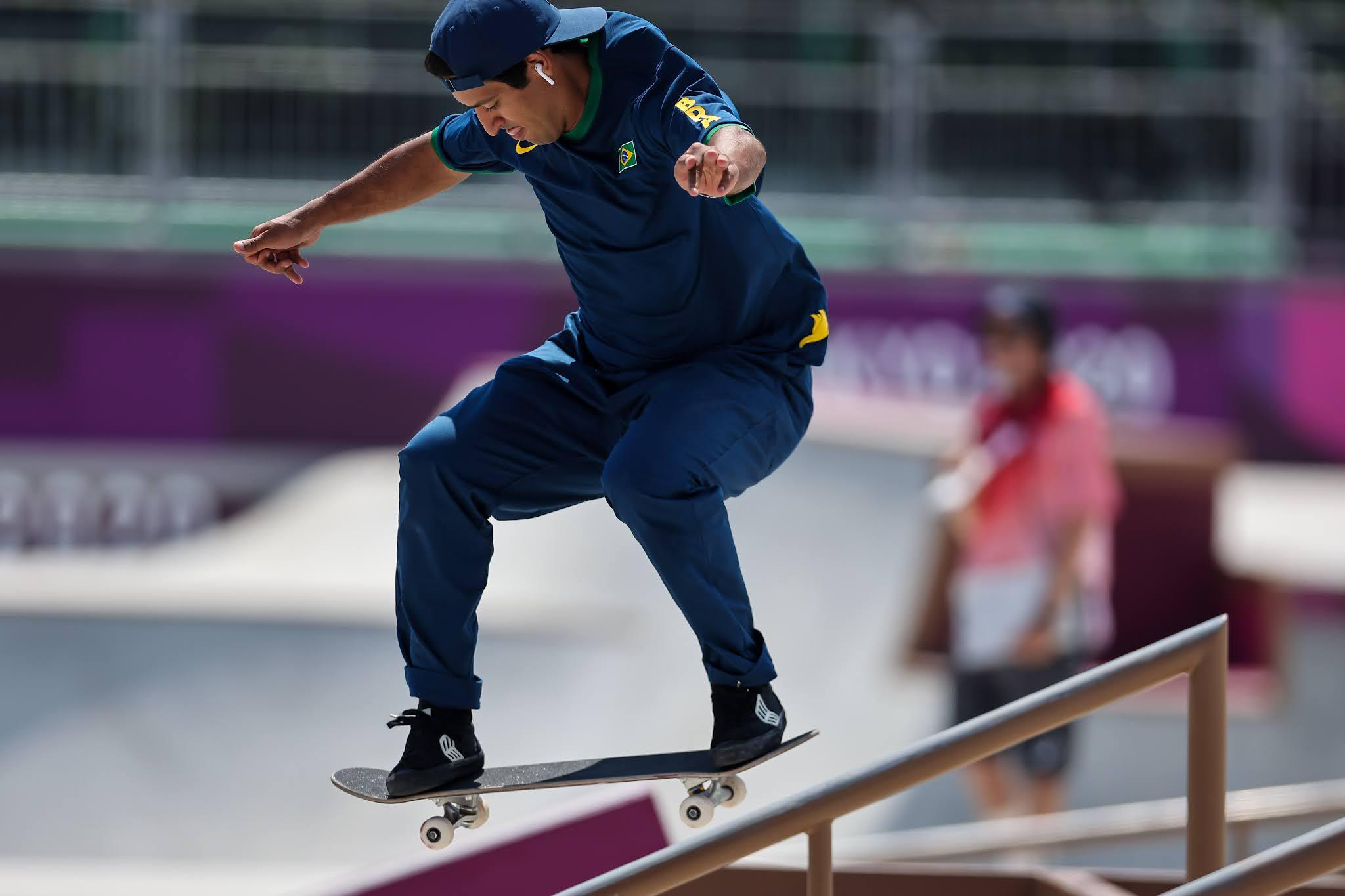 Kelvin Hoefler em pista de skate com placa Tóquio 2020 ao fundo