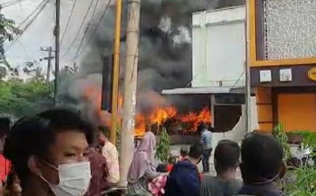 Kebakaran di Simpang Rambung Tebing Tinggi Hanguskan Warung Bakso