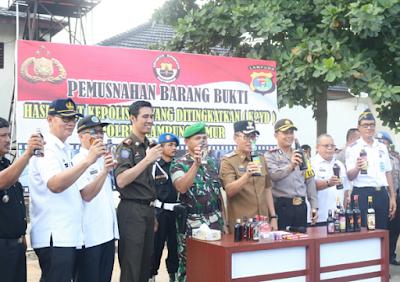 Polres Lampung Timur Musnahkan 1.668 Botol Miras dan 2.741 Liter Tuak