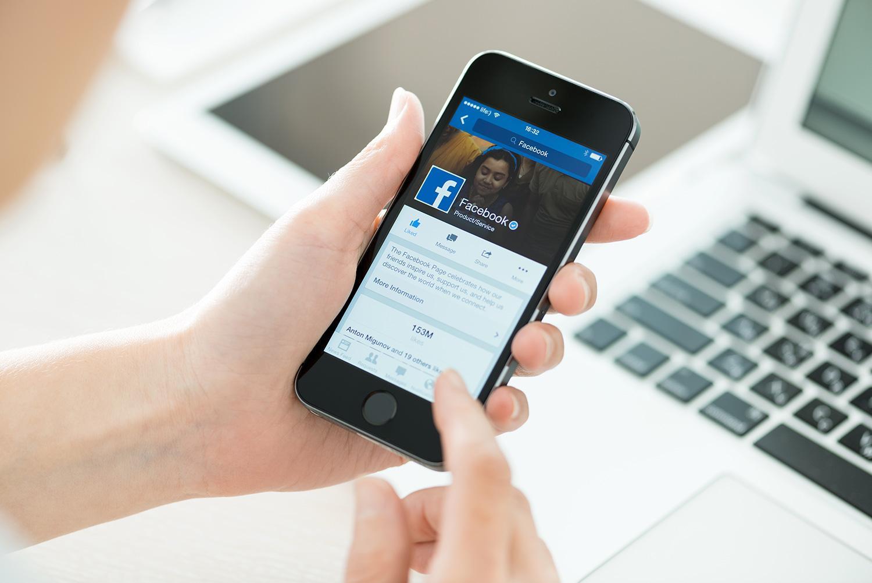 """تطبيق Facebook لمنصة الأندرويد سيحصل على الوضع الليلي """" Dark Mode """" قريبًا"""
