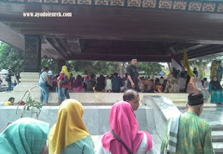 Rombongan yang berziarah ke Makam Bung Karno, Blitar