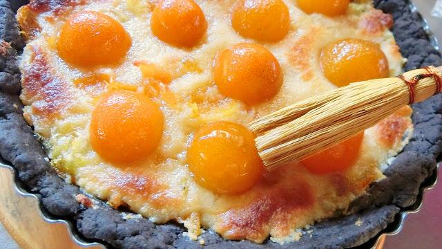 タルトが焼けてあら熱が取れたら表面に金柑の甘露煮シロップを塗る
