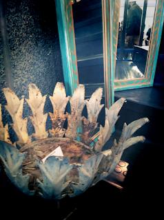 Macetero y ventanas convertidas en espejo en la feria de antiguedades de Noja