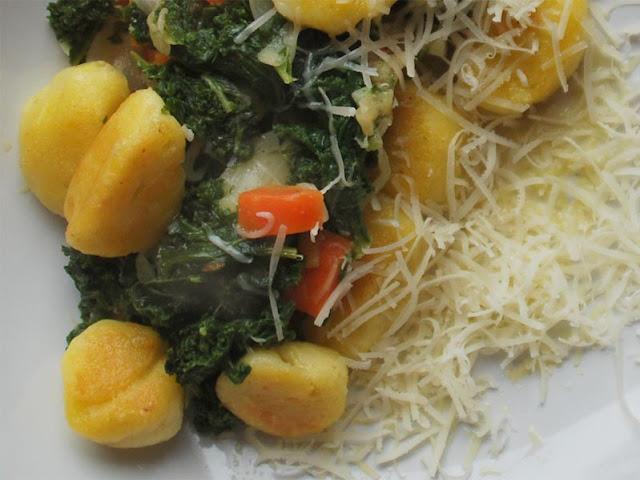 Zu angebratenen Gnocchi und Grünkohl passt Parmesan