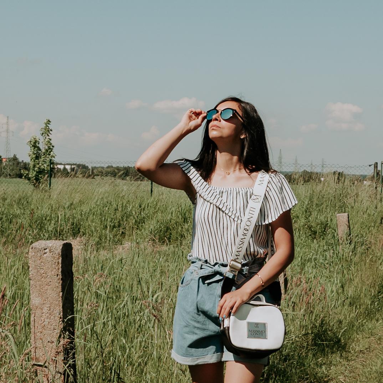 Ciemne okulary dopełnieniem letniej stylizacji