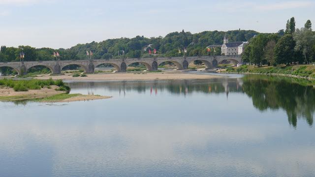 De Paris à la Rochelle en vélo couché, Tours