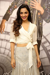 Kiara Advani Pos at Bharat Ane Nenu Success Meet 3