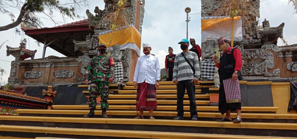 Babinsa Kelurahan Waylunik Koramil 410-01/PJG Kodim 0410/KBL Serda Prio Saputro memonitor dan membantu dalam rangka pengamanan pada ibadah hari raya Kuningan