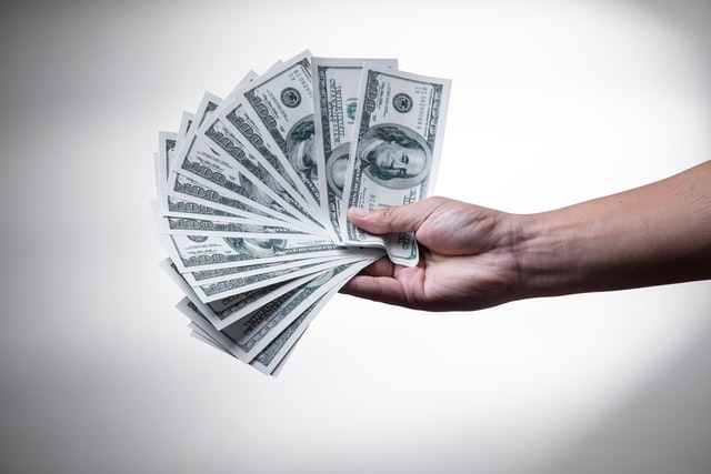 Dólares en la mano