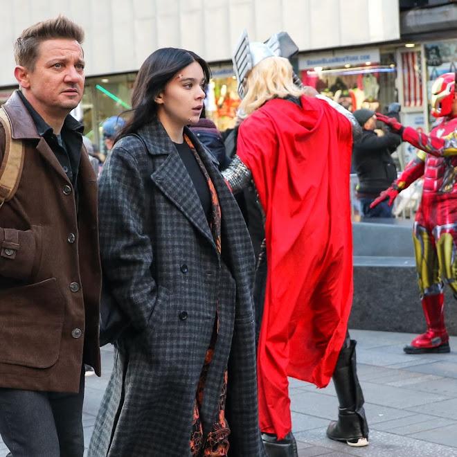 Hailee Steinfeld and Jeremy Renner filming Hawkeye in Times Square with Marvel Cosplayers : エキストラのアベンジャーズと一緒にマーベルの配信シリーズ「ホークアイ」を撮影中の師弟コンビのヘイリー・スタインフェルドちゃんとジェレミー・レナー ! !