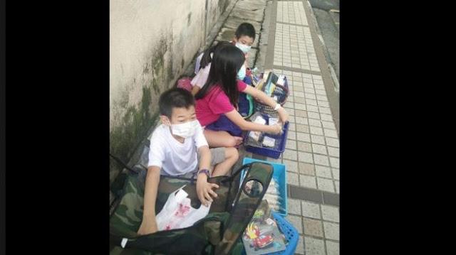 Orangtuanya Jadi Korban PHK, Anak Anak ini Harus Jualan Mie di Jalan sambil Kerjakan PR Mereka