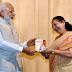 ठहाकों के बीच मोदी ने किया महाजन की किताब  'मातोश्री' का विमोचन