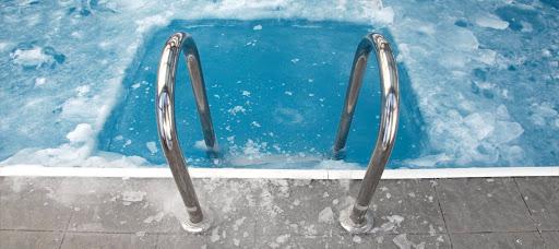 Tratamento químico e limpeza de piscina no inverno