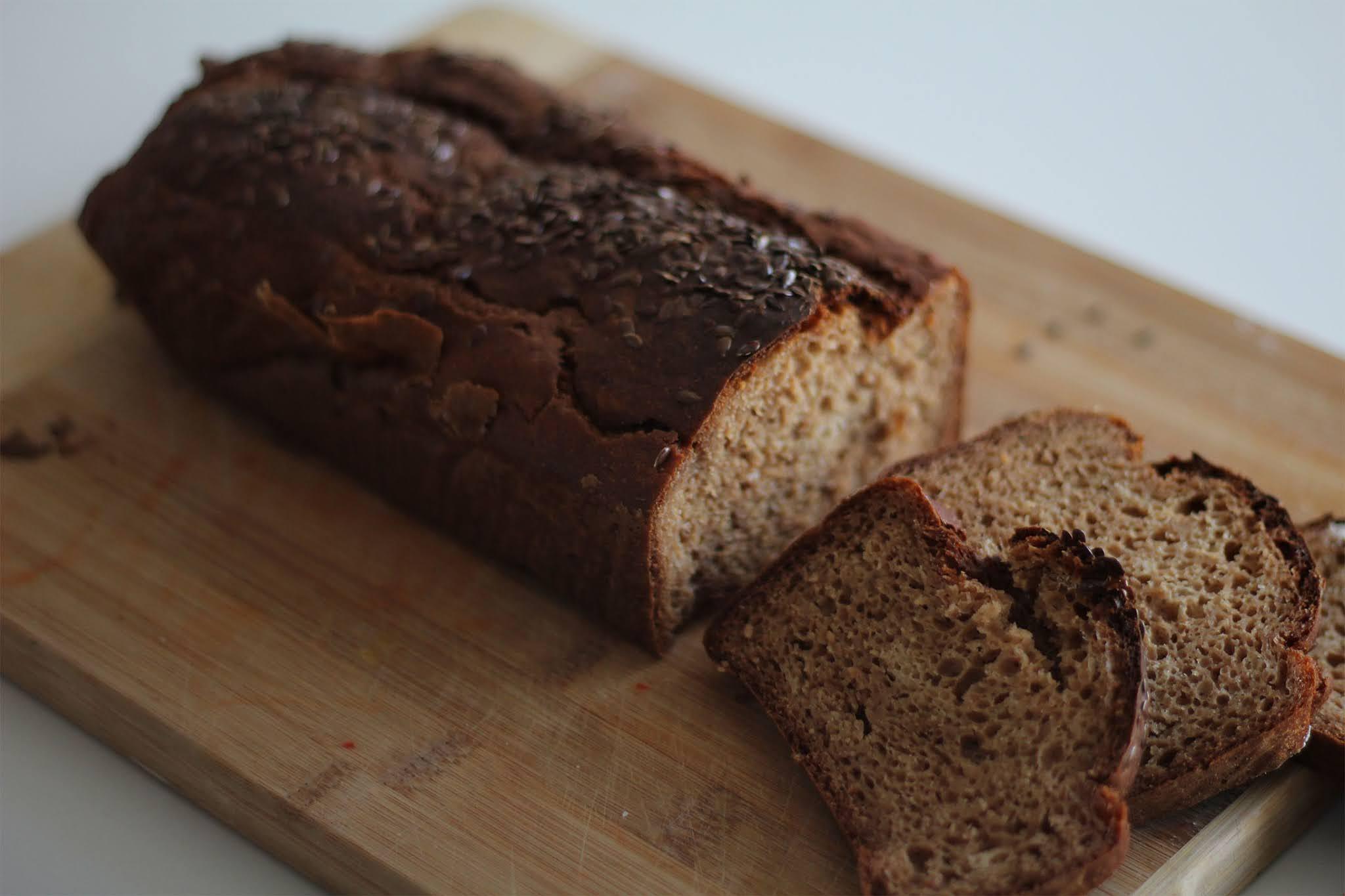 Błyskawiczny domowy chleb razowy bez drożdży i zakwasu