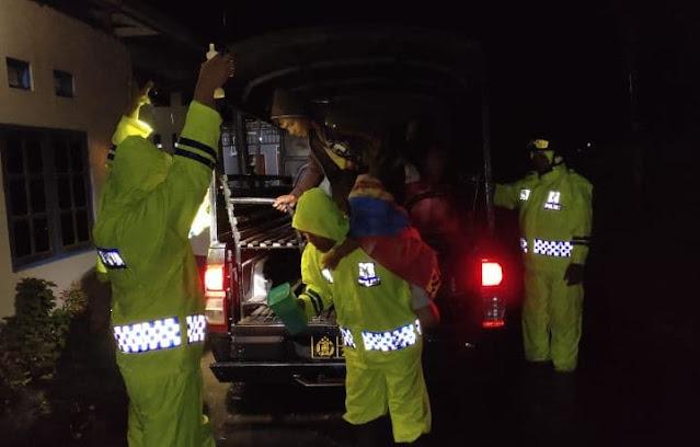 Polisi Evakuasi Warga BTN Gajah Mada Sentani yang Terendam Banjir