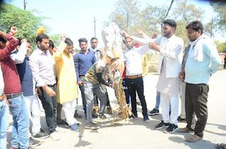 बघेल समाज एवं राष्ट्रीय होल्कर सेना के आक्रोशित कार्यकर्ताओं ने ज्योतिरादित्य सिंधिया के खिलाफ प्रदर्शन कर ज्ञापन सौंपा गया