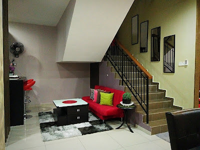 dekorasi ruang keluarga dibawah tangga