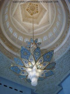 Lámpara de araña en el interior de la Mezquita Sheikh Zayed o Gran Mezquita de Abu Dhabi