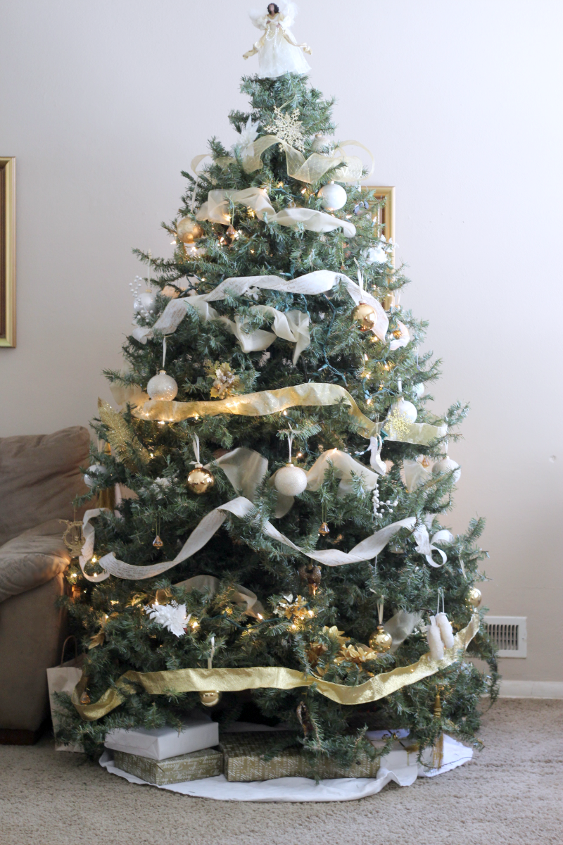 I 39 m dreaming of white gold christmas decororations for White and gold tree decorations