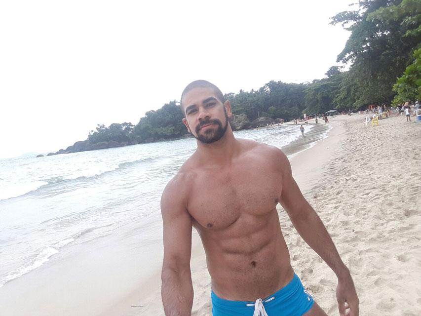 O modelo Eryck Ferrasso aproveitou o tempo livre para curtir um dia de praia em Ubatuba. Foto: Arquivo pessoal